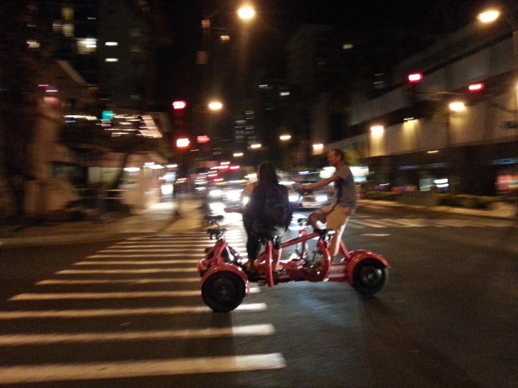 """夏威夷旅遊-歐胡島上超詭異7人座""""對""""立車"""